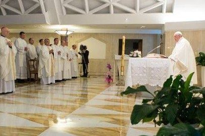 Il Papa ai preti: «Chiedetevi se siete pastori o impiegati di una Ong».