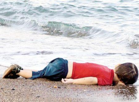 """La spiaggia su cui muore l'Europa – Mentre la polizia Ceca """"marchia"""" i migranti, una foto scuote il mondo"""